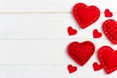 Corações no fundo de madeira branco Fundo do dia de Valentim Fotos de Stock