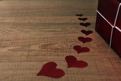 Corações no fundo e na caixa de presente cinzentos fotografia de stock