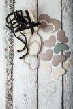 Corações papel de matéria têxtil, presente no empacotamento preto e branco, o dia de Valentim de grânulos pretos imagens de stock royalty free