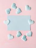 Corações pasteis verdes do cartão no fundo textured cor-de-rosa Imagens de Stock Royalty Free