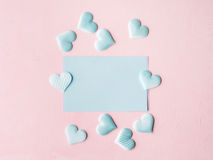 Corações pasteis verdes do cartão no fundo textured cor-de-rosa Fotos de Stock Royalty Free