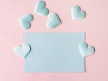 Corações pasteis verdes do cartão no fundo textured cor-de-rosa Fotografia de Stock Royalty Free