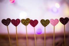 Corações pequenos em seguido, luzes no fundo Fotografia de Stock Royalty Free