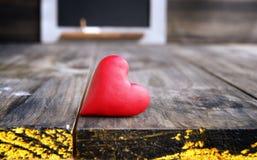 Corações pequenos em um fundo de madeira Foto de Stock Royalty Free