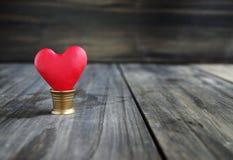 Corações pequenos em um fundo de madeira Fotos de Stock Royalty Free