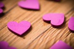 Corações pequenos em uma tabela de madeira Imagem de Stock Royalty Free