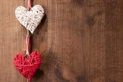 Corações que penduram na parede de madeira Imagens de Stock
