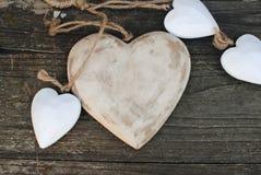 Corações rústicos na roda de madeira Foto de Stock