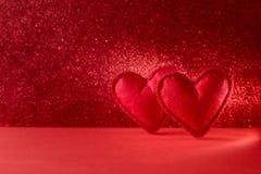 Corações sentidos no fundo vermelho com bokeh Celebração do dia de Valentim ou conceito do amor Copie o espaço imagem de stock