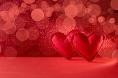 Corações sentidos no fundo vermelho com bokeh Celebração do dia de Valentim ou conceito do amor Copie o espaço foto de stock royalty free