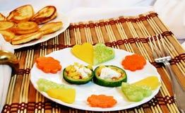 Corações vegetais em um prato imagens de stock