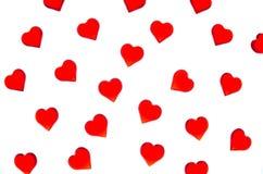 Corações vermelhos brilhantes em um fundo listrado A fim usar o dia do ` s do Valentim, casamentos, dia internacional do ` s das  Fotos de Stock