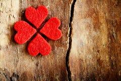 Corações vermelhos brilhantes que formam um trevo afortunado Fotos de Stock Royalty Free