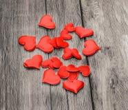 Corações vermelhos de matéria têxtil, corações do dia de Valentim, fundo de madeira Fotos de Stock Royalty Free