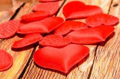 Corações vermelhos de matéria têxtil, corações do dia de Valentim, fundo de madeira marrom Foto de Stock Royalty Free