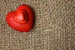 Corações vermelhos de tamanhos diferentes na textura de serapilheira Imagens de Stock Royalty Free