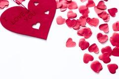 Corações vermelhos dispersados em um fundo branco Fundo excelente ao dia do Valentim de Saint Copie o espaço foto de stock