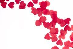 Corações vermelhos dispersados em um fundo branco Fundo excelente ao dia do Valentim de Saint Copie o espaço imagem de stock