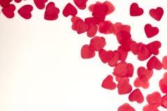 Corações vermelhos dispersados em um fundo branco Fundo excelente ao dia do Valentim de Saint Copie o espaço fotografia de stock