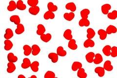 Corações vermelhos dispersados no fundo branco Imagem de Stock