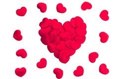 Corações vermelhos dispersados no fundo branco Imagens de Stock