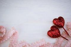 Corações vermelhos do brilho e fita cor-de-rosa no fundo de madeira branco com Imagens de Stock Royalty Free