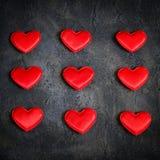 Corações vermelhos do cetim em um fundo escuro Coração verde estilizado da ilustração do vetor Fotografia de Stock