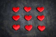 Corações vermelhos do cetim em um fundo escuro Coração verde estilizado da ilustração do vetor Imagem de Stock