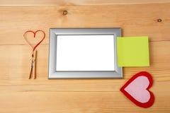 Corações vermelhos do handmaid do dia de Valentim e quadros vazios da foto Foto de Stock