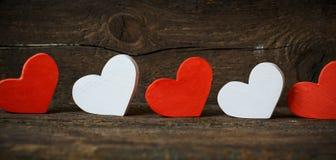 Corações vermelhos e brancos no fundo de madeira velho imagens de stock