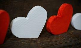 Corações vermelhos e brancos no fundo de madeira velho foto de stock royalty free