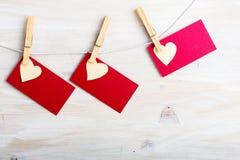 Corações vermelhos e folha de papel que penduram na corda Fotos de Stock Royalty Free
