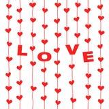 """Corações vermelhos e letras """"LOVE"""" que penduram em cordas Fotos de Stock"""