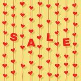 """Corações vermelhos e letras """"SALE"""" que penduram em cordas no fundo amarelo Foto de Stock Royalty Free"""