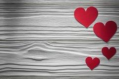 Corações vermelhos em cartões do Valentim da placa de madeira Imagem de Stock Royalty Free