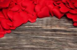 Corações vermelhos em um fundo de madeira imagens de stock royalty free