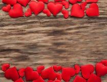 Corações vermelhos em um fundo de madeira fotografia de stock