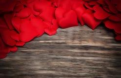 Corações vermelhos em um fundo de madeira fotografia de stock royalty free