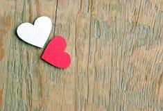 Corações vermelhos em um fundo de madeira Símbolo dos corações do amor Fotos de Stock