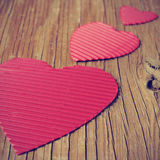Corações vermelhos em uma superfície de madeira rústica, com um efeito do filtro Imagem de Stock