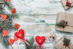 Corações vermelhos feitos a mão Cartão para o Natal, o Natal, o ano novo e o Xmas Espaço para a mensagem e os feriados do ` s de  Fotografia de Stock