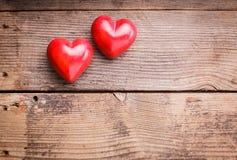 Corações vermelhos na madeira Fotografia de Stock