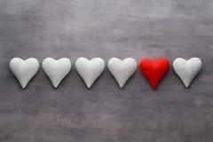 Corações vermelhos no fundo cinzento Fundo do dia do Valentim Foto de Stock Royalty Free