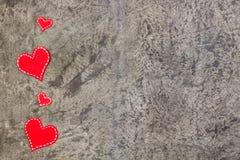 Corações vermelhos no fundo concreto cinzento Copie o espaço Vista superior Fotografia de Stock