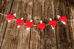 Corações vermelhos no fundo de madeira do grunge Imagem de Stock