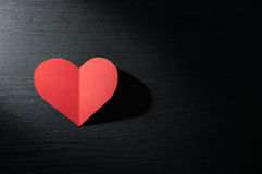 Corações vermelhos no fundo de madeira escuro imagem de stock