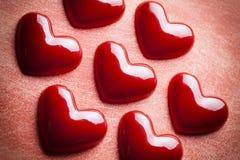 Corações vermelhos no fundo do grunge Fotos de Stock Royalty Free