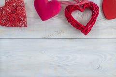 Corações vermelhos no fundo rústico branco Imagem de Stock Royalty Free
