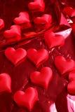 Corações vermelhos no fundo vermelho Foto de Stock Royalty Free