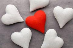Corações vermelhos o fundo cinzento Fundo do dia do Valentim Fotos de Stock